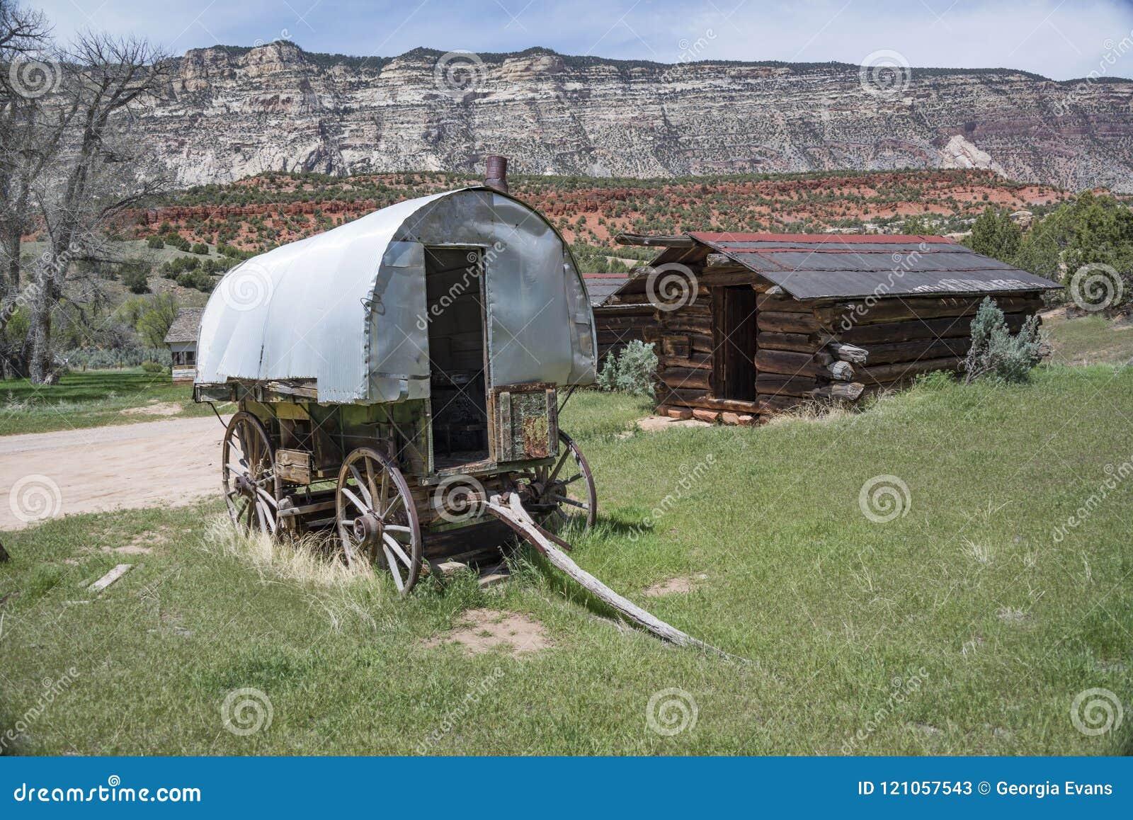 Ιστορικές βαγόνι εμπορευμάτων herders προβάτων και καμπίνα κούτσουρων στο εθνικό μνημείο δεινοσαύρων, Κολοράντο, ΗΠΑ