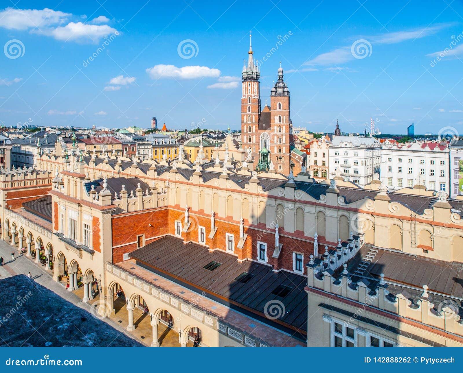 Ιστορικό κέντρο της Κρακοβίας γύρω από το κύρια τετράγωνο και Sukiennice αγοράς, ή αίθουσα υφασμάτων, Κρακοβία, Πολωνία