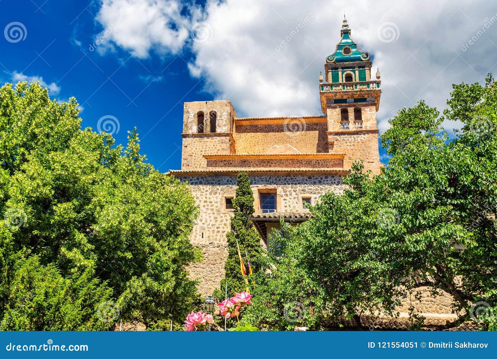 Ιστορικό κτήριο μοναστηριών Valdemossa και ζωηρές πράσινες δέντρα και εγκαταστάσεις