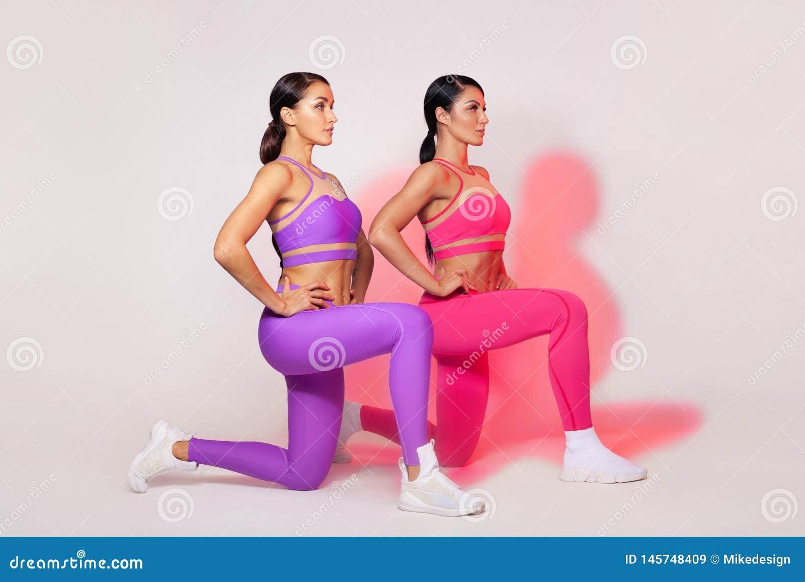 Ισχυρή αθλητική γυναίκα, που κάνει την άσκηση στο άσπρο υπόβαθρο που φορά sportswear Ικανότητα και αθλητικό κίνητρο