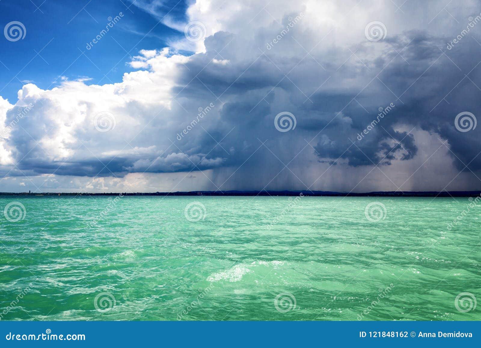 Ισχυρή βροχή στη θάλασσα