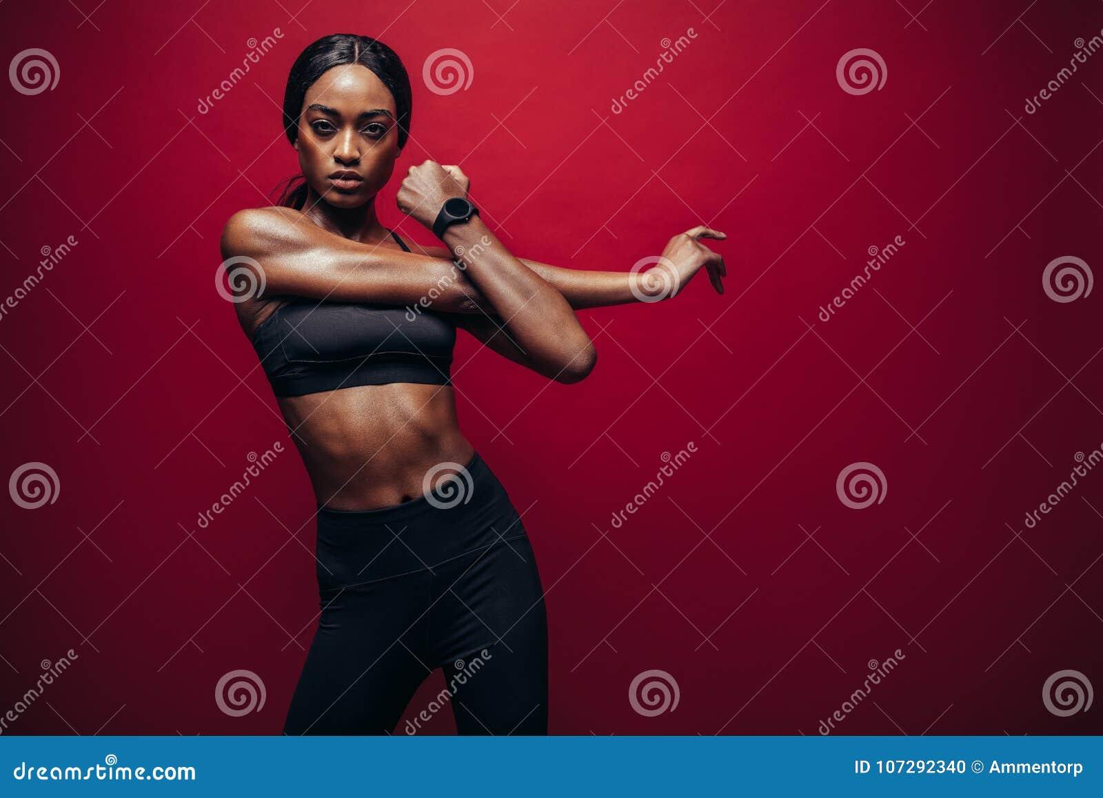 Ισχυρή γυναίκα που τεντώνει τα όπλα της