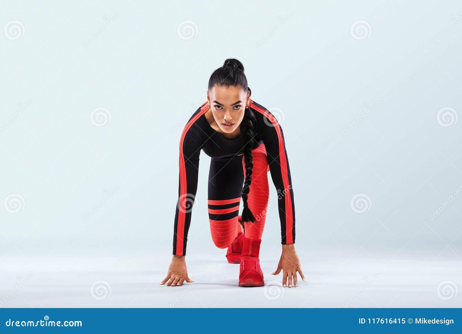 Ισχυρός ένας αθλητικός, γυναίκες sprinter, τρέχοντας μια φθορά sportswear, μια ικανότητα και αθλητικό κίνητρο Έννοια δρομέων με