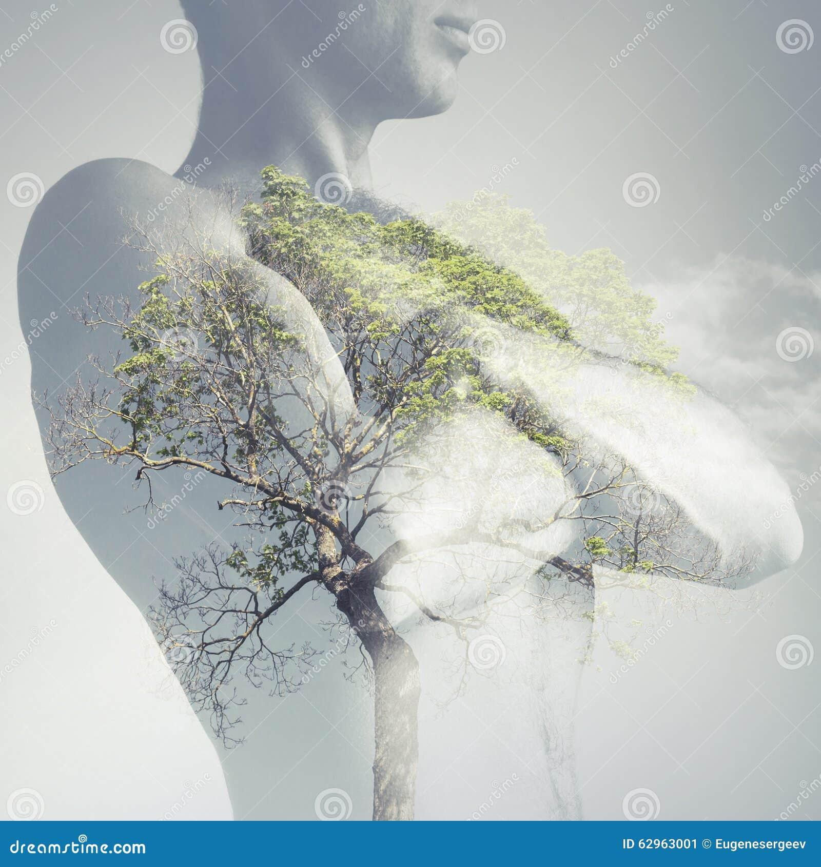 Ισχυρός φίλαθλος κορμός νεαρών άνδρων που συνδυάζεται με το πράσινο δέντρο
