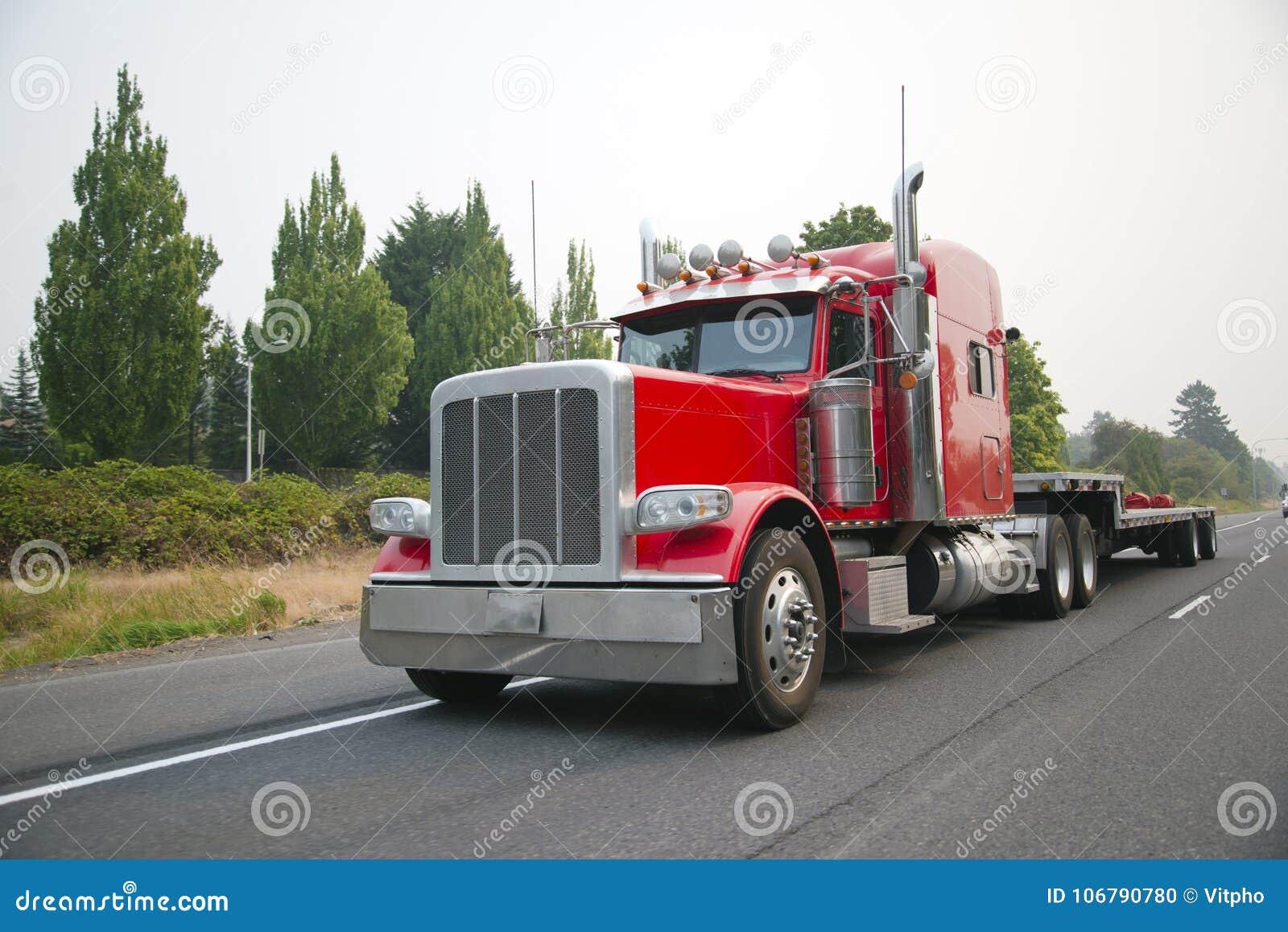 Ισχυρό κόκκινο μεγάλο ημι φορτηγό εγκαταστάσεων γεώτρησης με το επίπεδο βήμα κρεβατιών - κάτω από το ημι tra