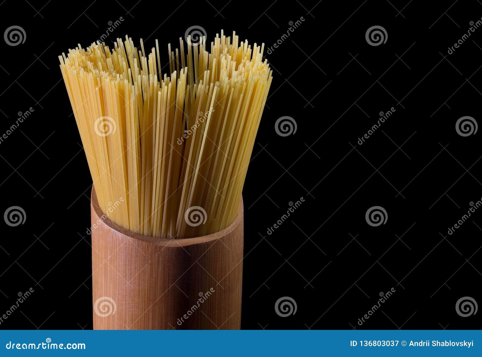 Ιταλικά μακαρόνια που απομονώνονται στο μαύρο υπόβαθρο ιταλικά ζυμαρικά κίτρινα Τρόφιμα στο απομονωμένο υπόβαθρο Αφηρημένα μακαρό