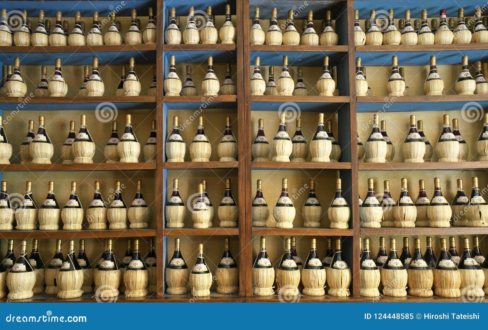 Ιταλικά μπουκάλια κρασιού σε ένα ράφι