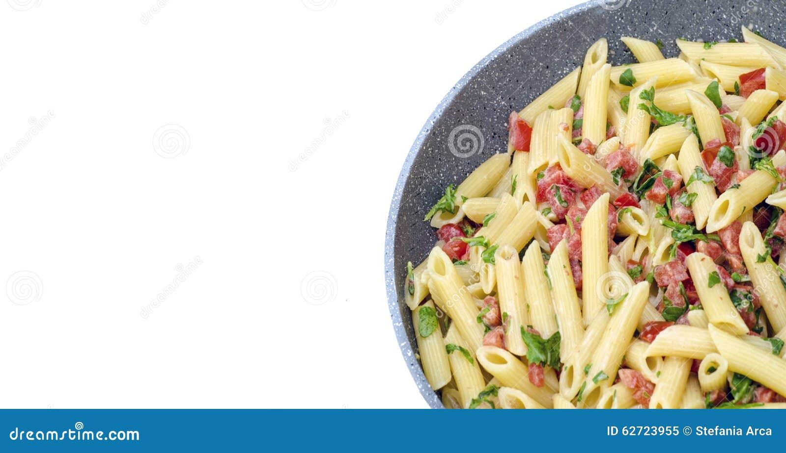 Ιταλικά τρόφιμα: Αποκαλούμενο ζυμαρικά mezze pennette με τις ντομάτες στα κομμάτια