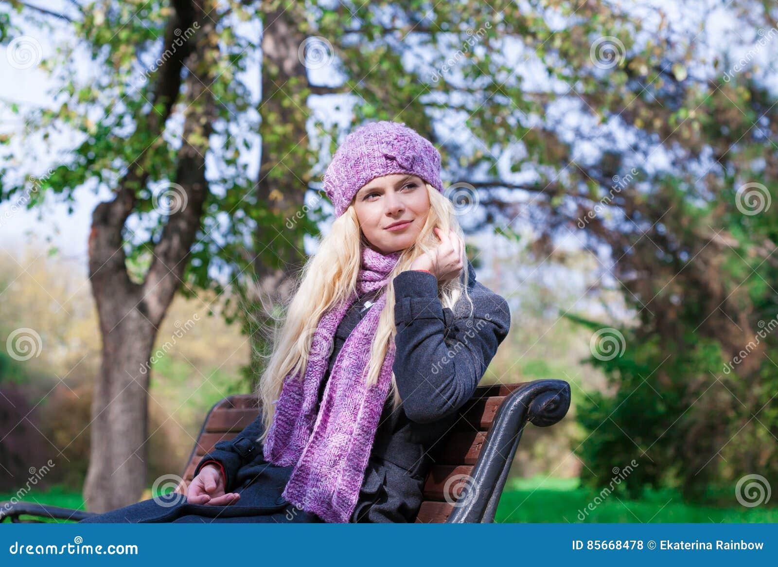 Το όμορφο νέο ρομαντικό κομψό ξανθό πρόσωπο γυναικών 47c3c71f182