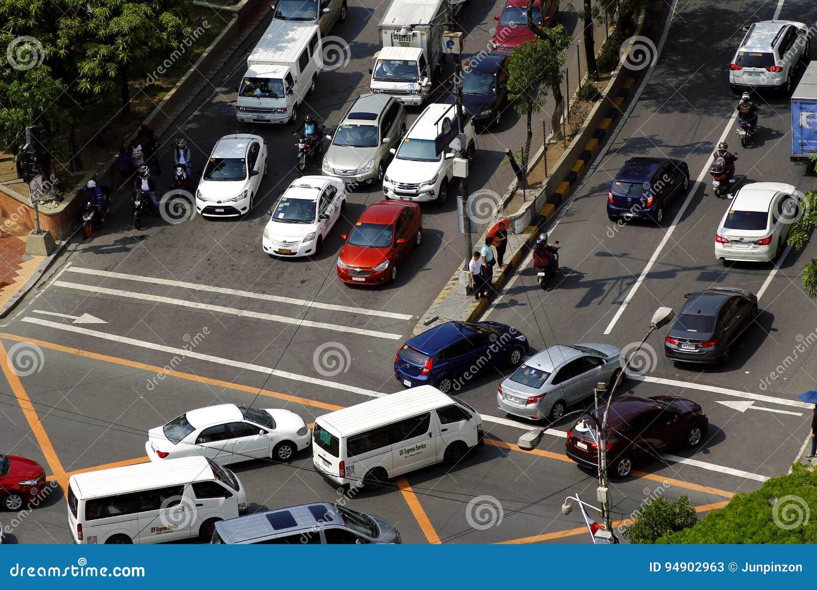 Ιδιωτικά και δημόσια οχήματα σε μια διασταύρωση στη Πάσινγκ, Φιλιππίνες κατά τη διάρκεια της ώρας κυκλοφοριακής αιχμής το πρωί
