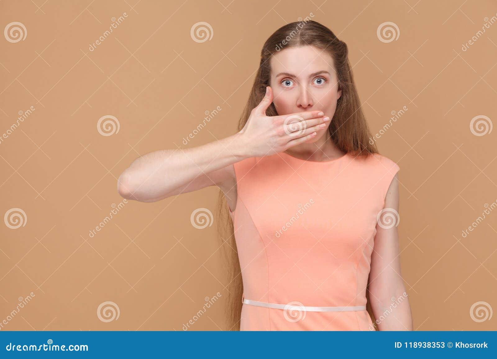 Ι ` μ σιωπηλό Συγκλονισμένη γυναίκα που καλύπτει το στόμα της