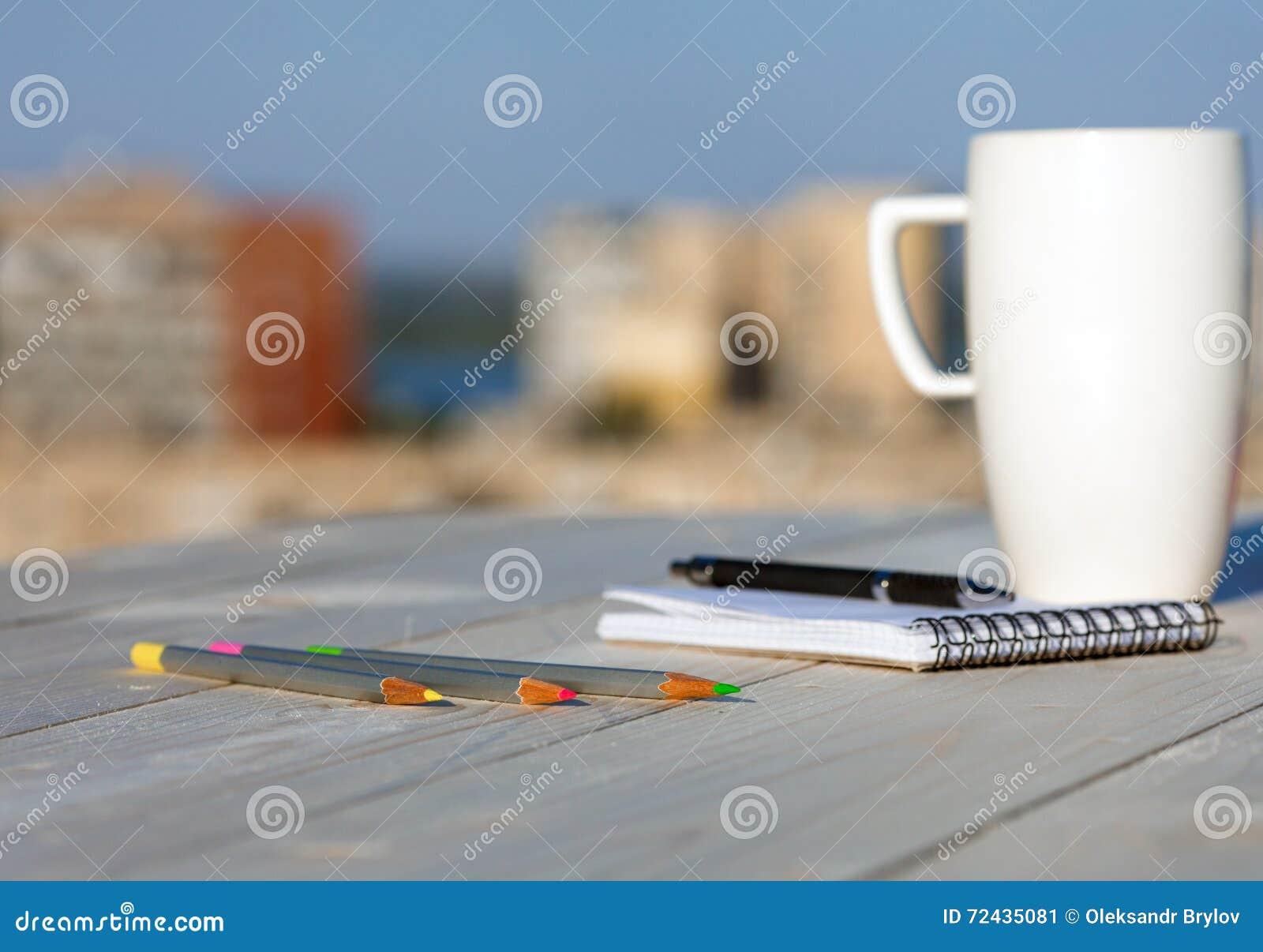 Κάθε μέρα σύνθεση ημερολογίων στο ξύλινο γραφείο με την κούπα καφέ