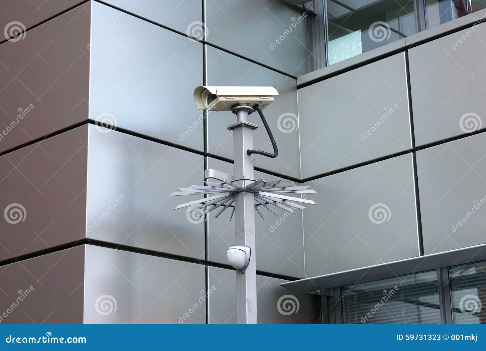 Κάμερα ασφαλείας μπροστά από το σύγχρονο κτήριο