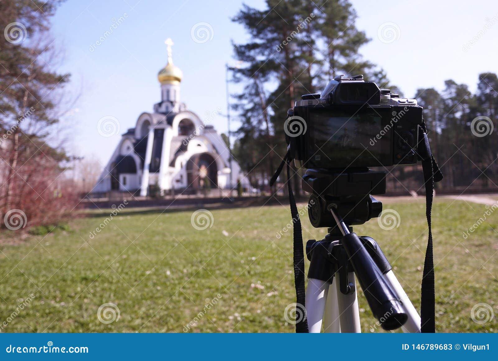 Κάμερα που τοποθετείται σε ένα τρίποδο Ψηφιακή κάμερα για τη λήψη των φωτογραφιών r