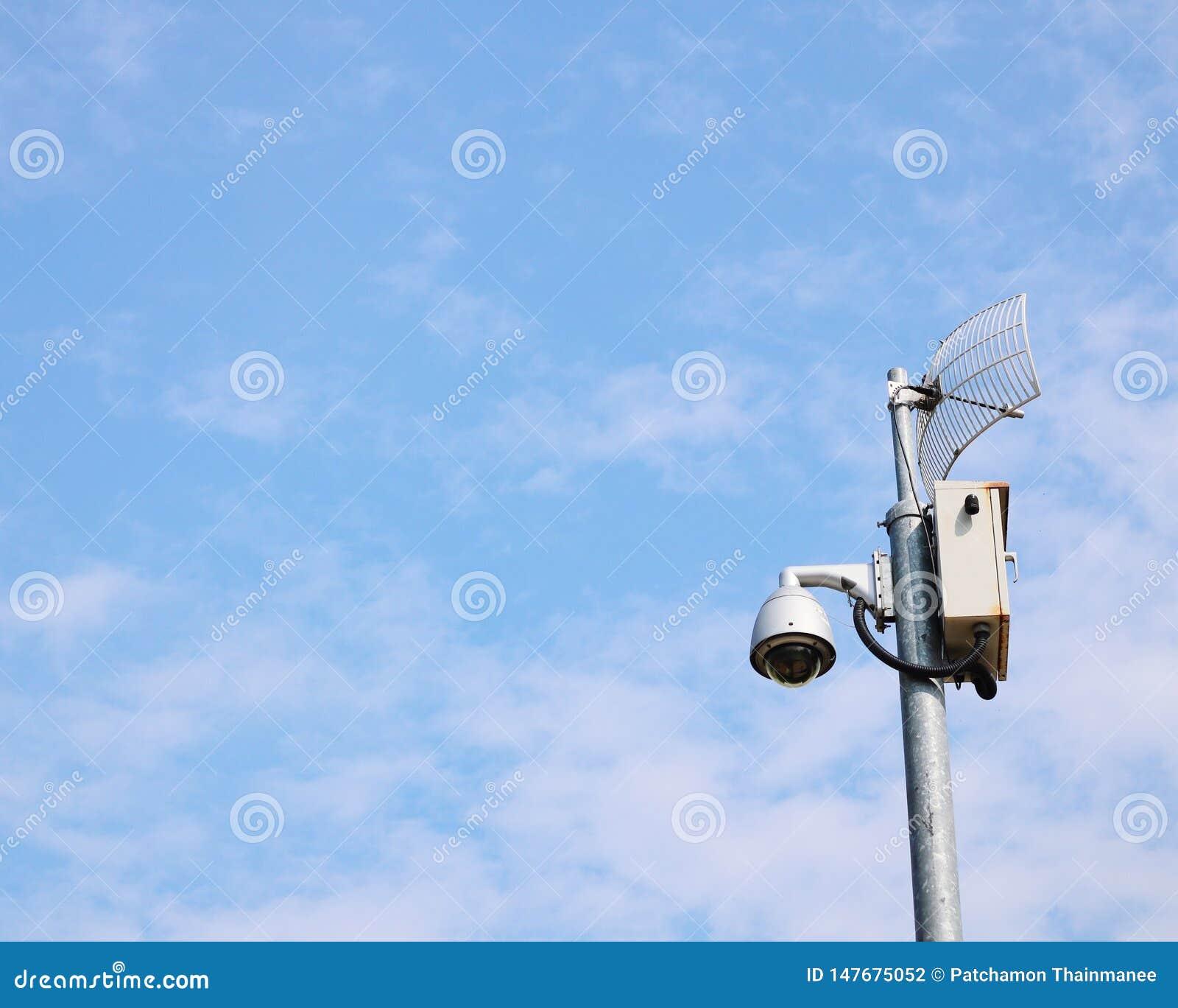 Κάμερα CCTV, σύστημα ασφαλείας, τεχνολογία που τοποθετείται στο υπόβαθρο ουρανού θέσεων χάλυβα