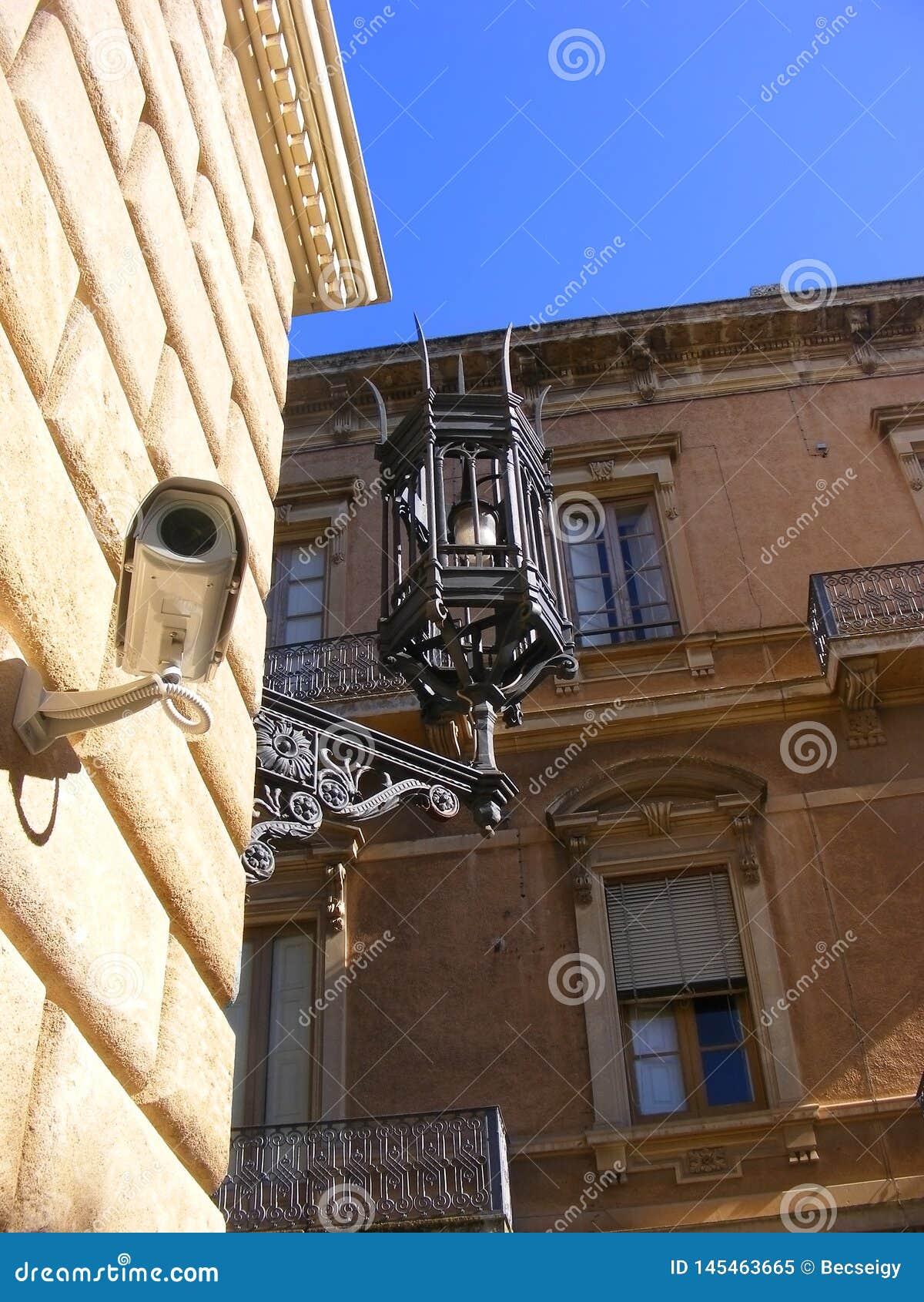 Κάμερα Survaillance και παλαιός λαμπτήρας - antic & σύγχρονοι