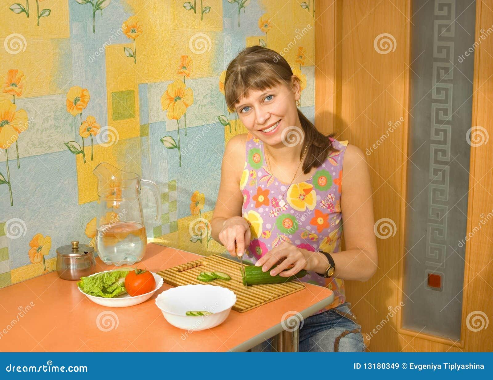 κάνει τη σαλάτα κοριτσιών