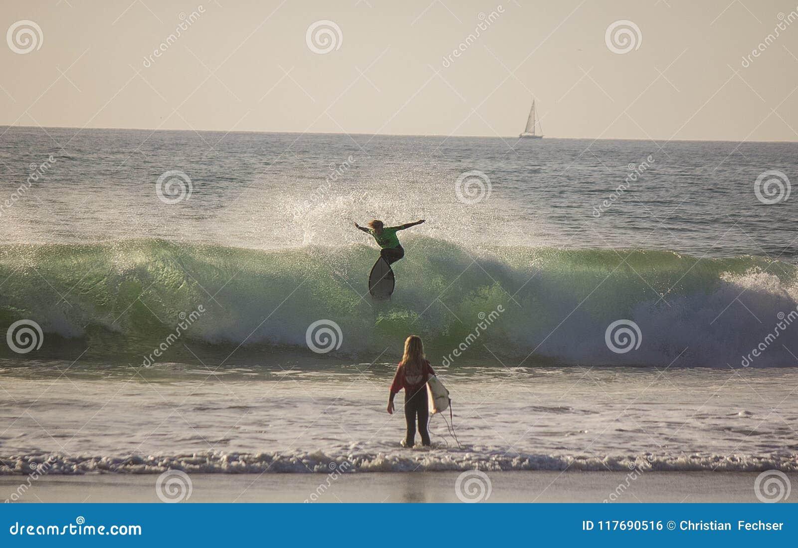 Κάνοντας σερφ στην παραλία του Σαν Κλεμέντε, Καλιφόρνια