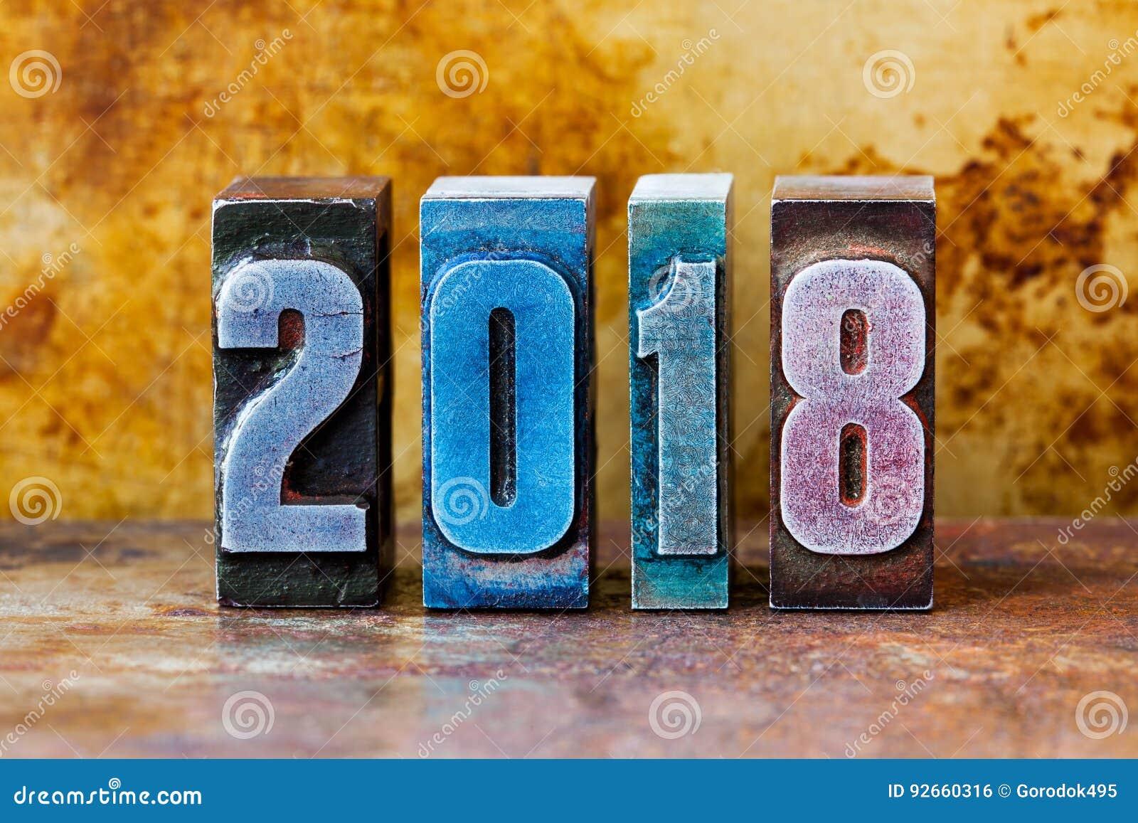 κάρτα καλής χρονιάς του 2018 Ζωηρόχρωμες letterpress χειμερινές διακοπές συμβόλων ψηφίων Δημιουργικά αναδρομικά Χριστούγεννα σχεδ