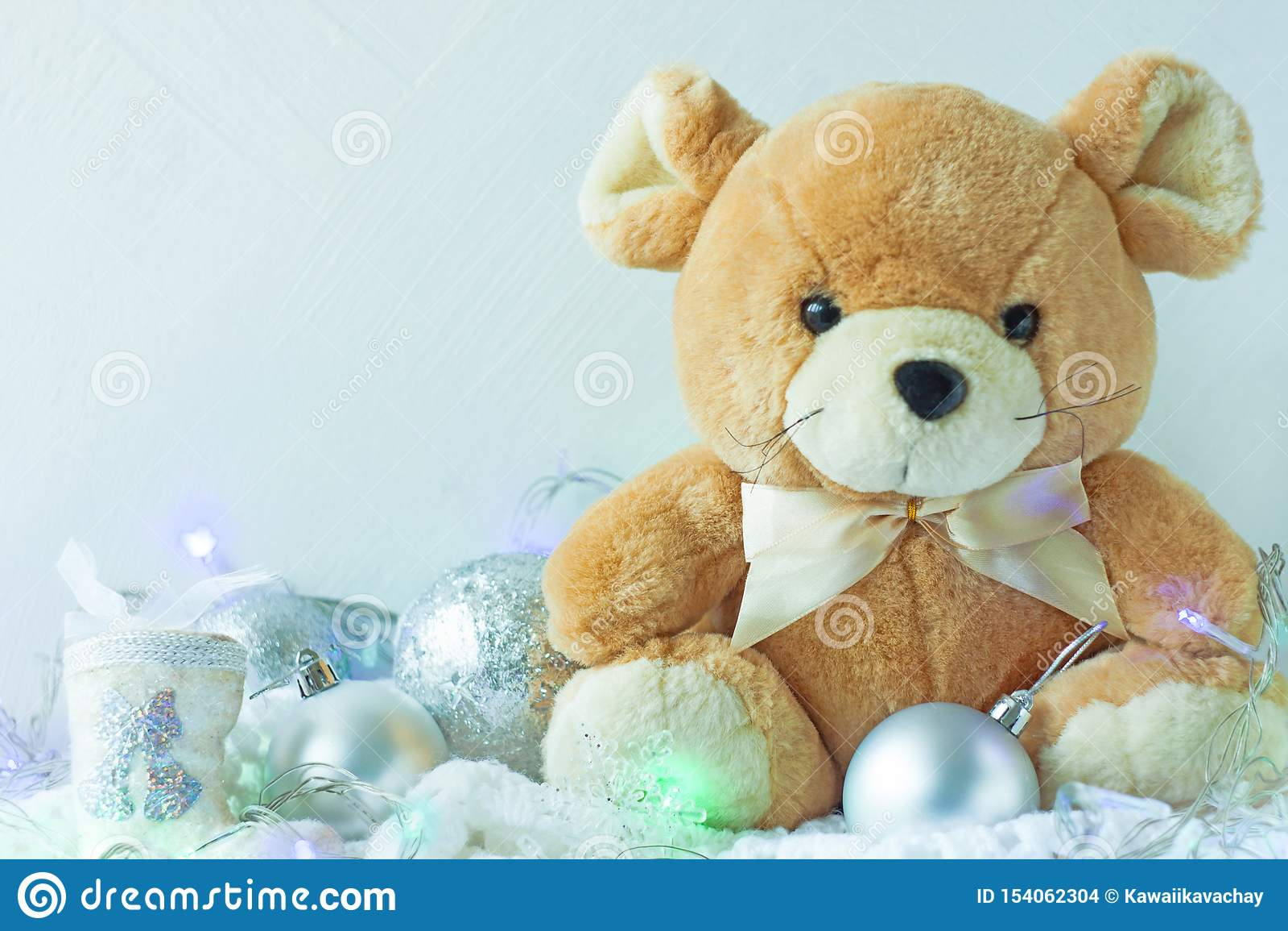 Κάρτα Χριστουγέννων στα ασημένια χρώματα μετάλλων Σύμβολο του νέου έτους 2020, χαριτωμένος μαλακός αρουραίος με το τόξο κορδελλών