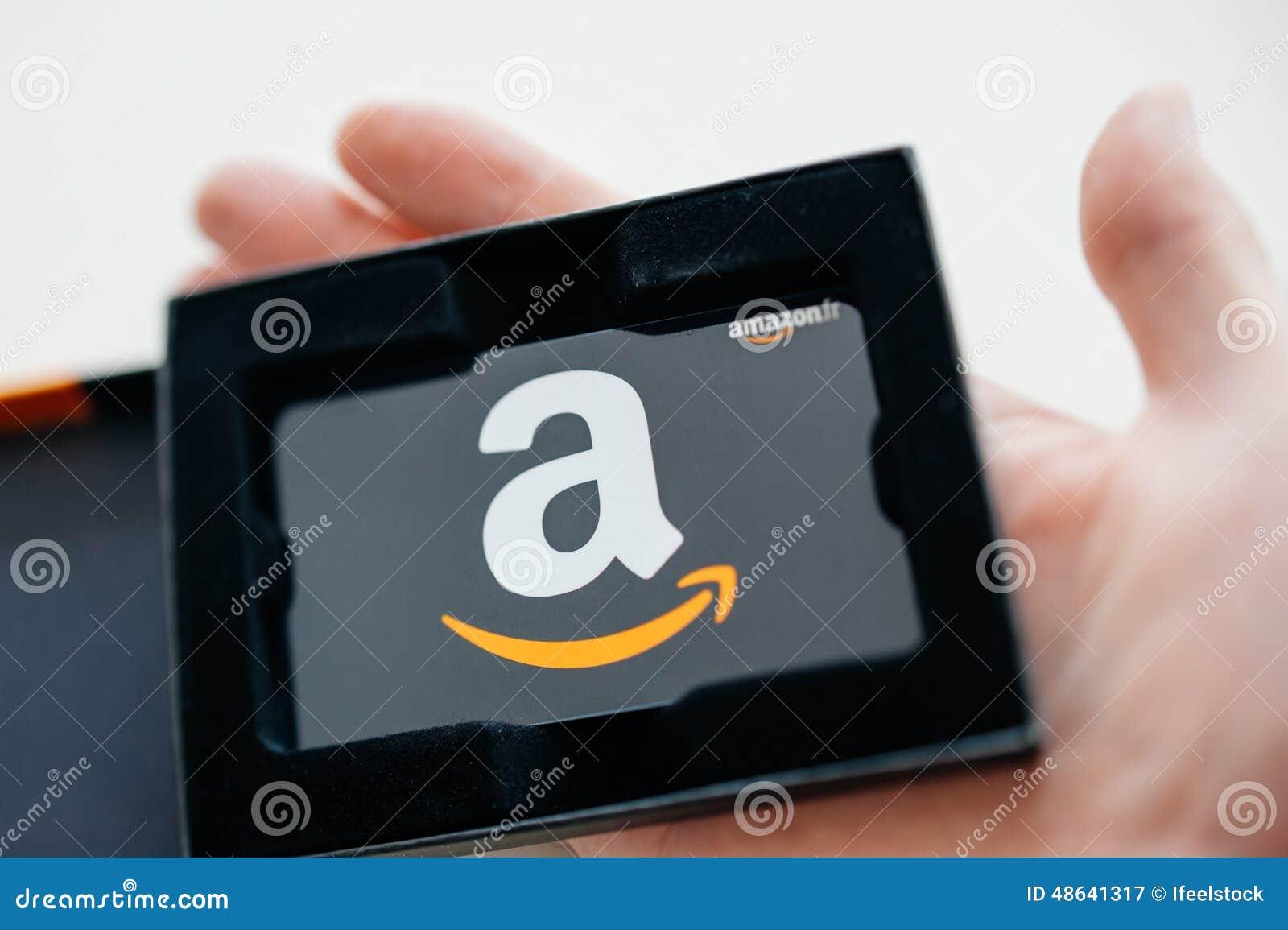 Κάρτα δώρων του Αμαζονίου στο χέρι ατόμων