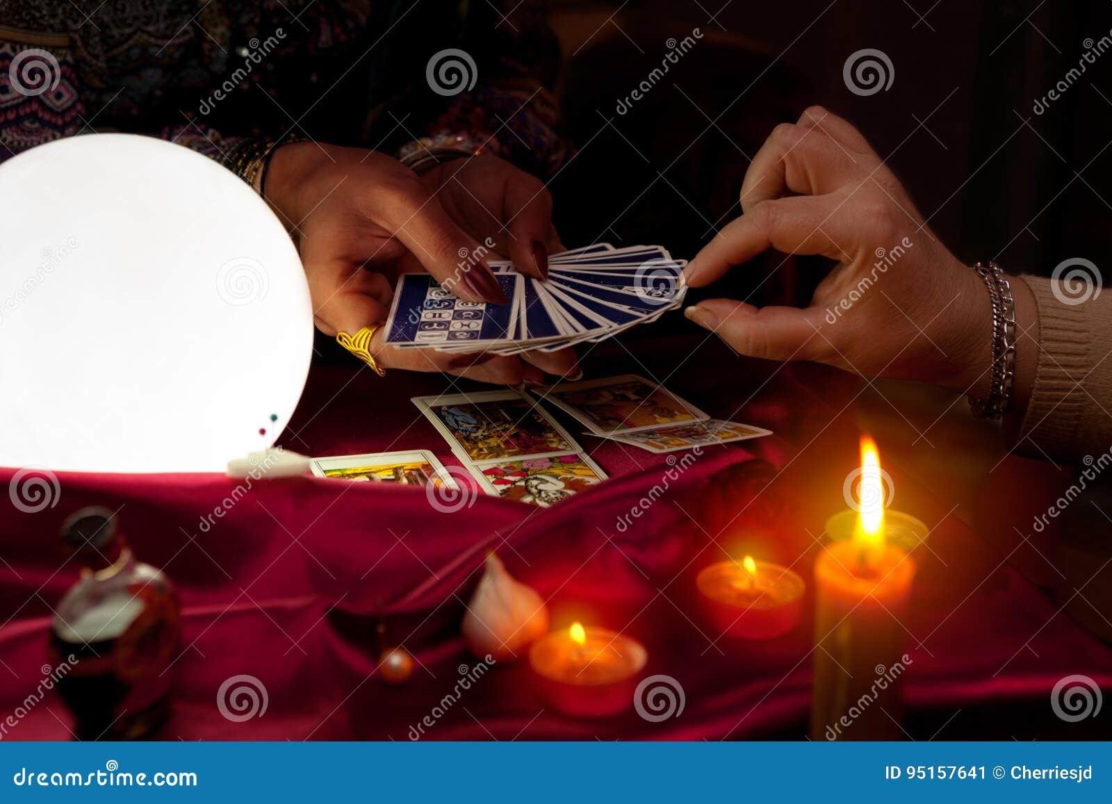 Κάρτες εκμετάλλευσης αφηγητών τύχης γυναικών tarot στα χέρια της