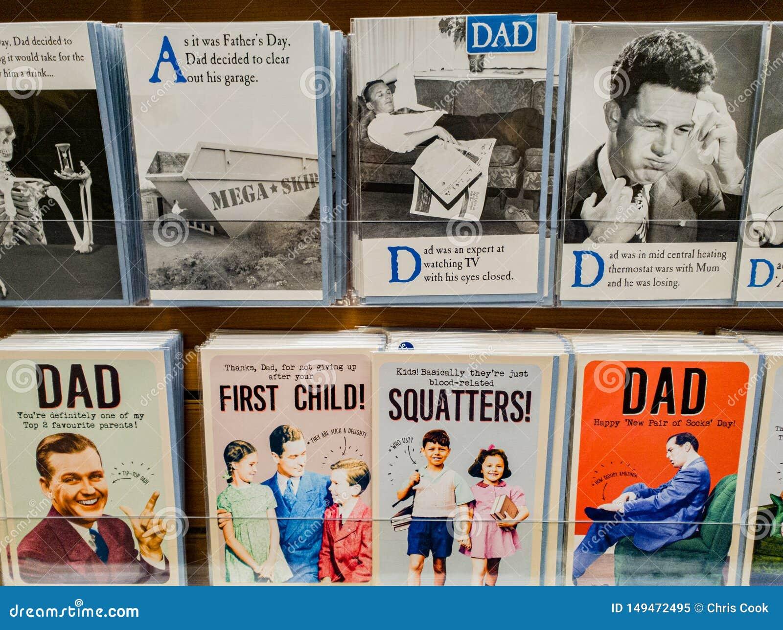 Κάρτες ημέρας πατέρων στην επίδειξη σε ένα κατάστημα για την πώληση στο UK