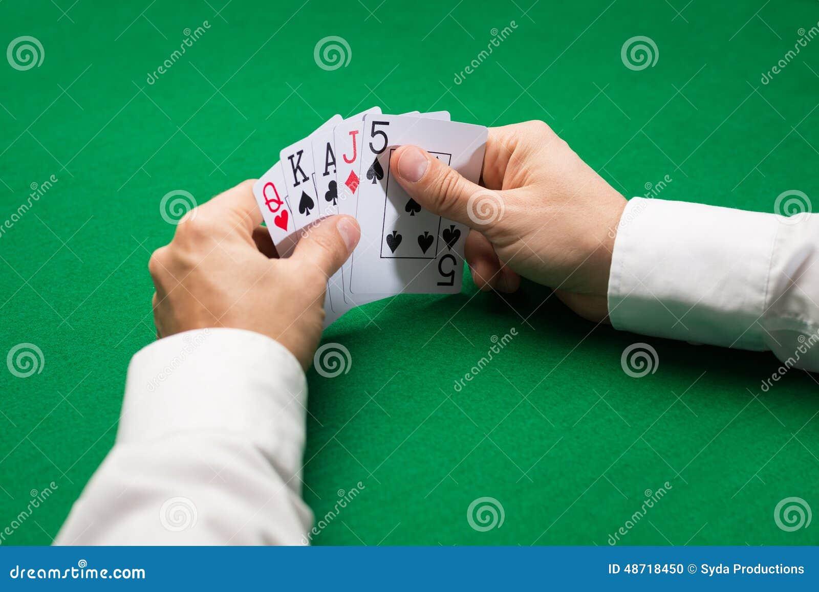 Κάρτες παιχνιδιού εκμετάλλευσης φορέων πόκερ στον πίνακα χαρτοπαικτικών λεσχών