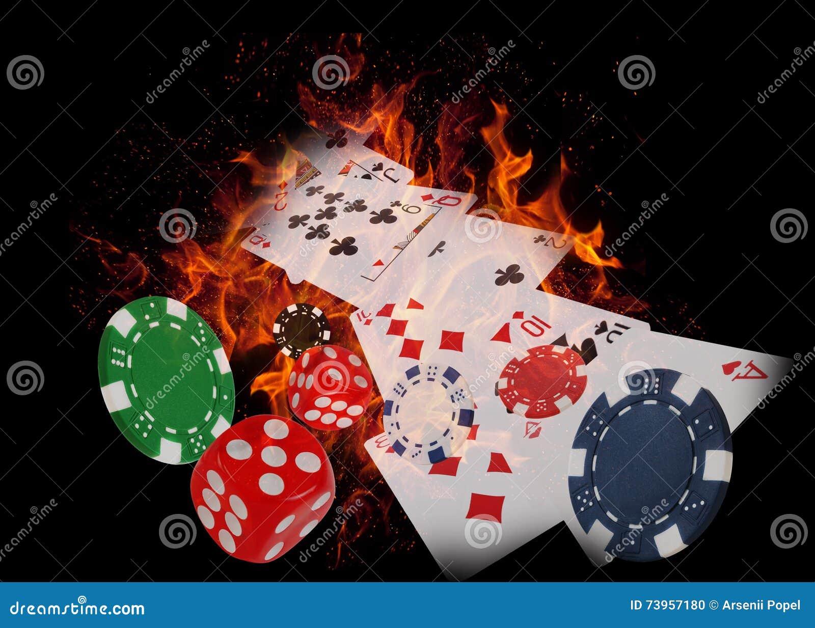 Κάρτες παιχνιδιού και τσιπ χαρτοπαικτικών λεσχών στην πυρκαγιά διπλό πόκερ φορέων έννοιας άσσων