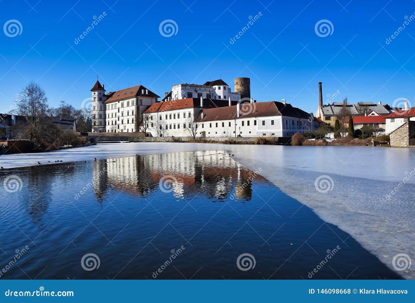 Κάστρο Jindrichuv hradec - άποψη πέρα από τη vajgar λίμνη