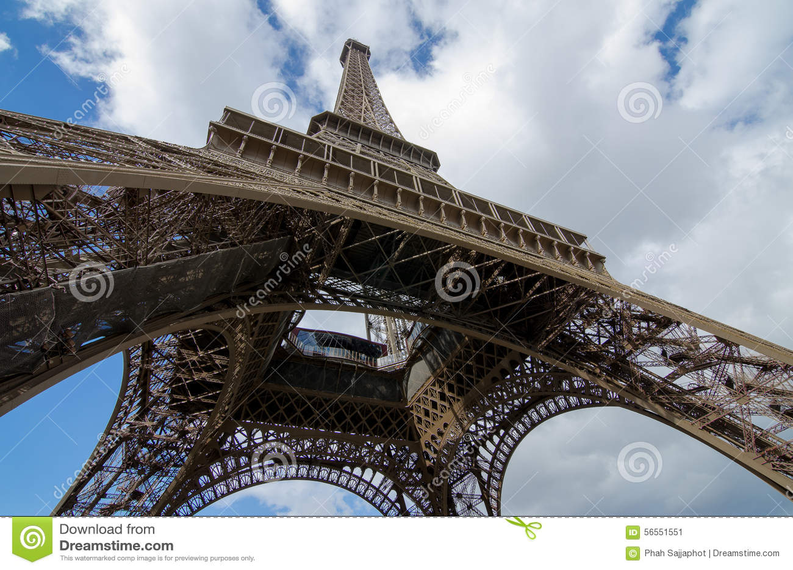 Download Κάτω από το μεγάλο πύργο του Άιφελ Στοκ Εικόνα - εικόνα από ορόσημο, αρχιτεκτονικής: 56551551