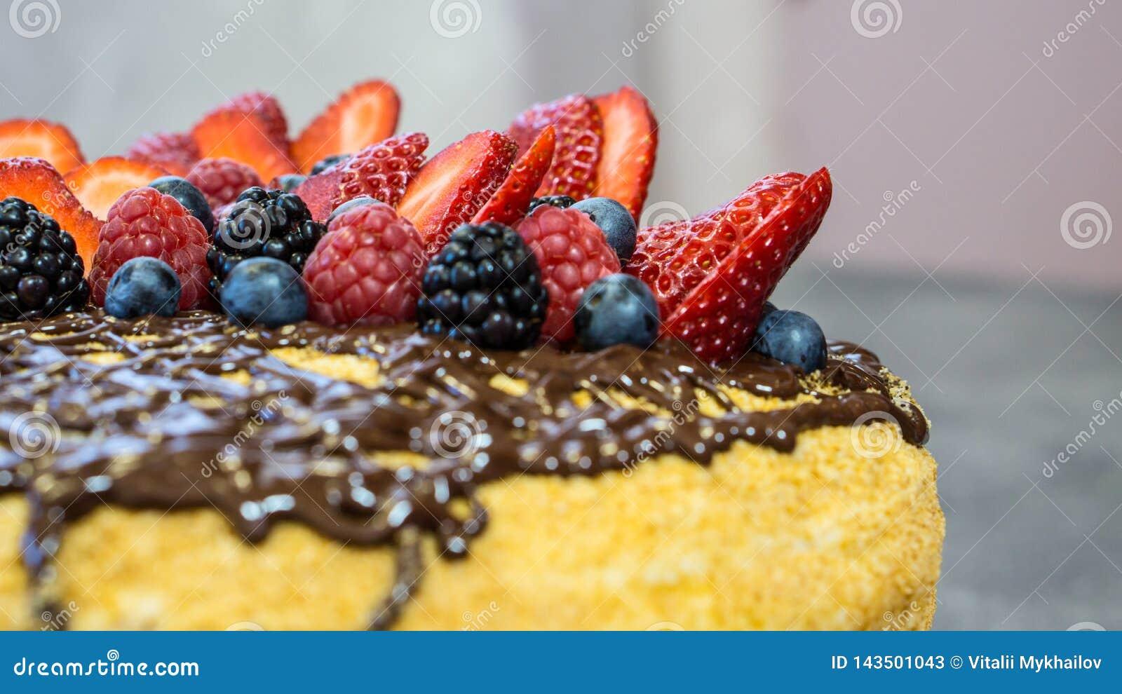 Κέικ καπέλων, σοκολάτα στις τοπ, juicy φράουλες, τα σμέουρα και τα μούρα, πλάγια όψη