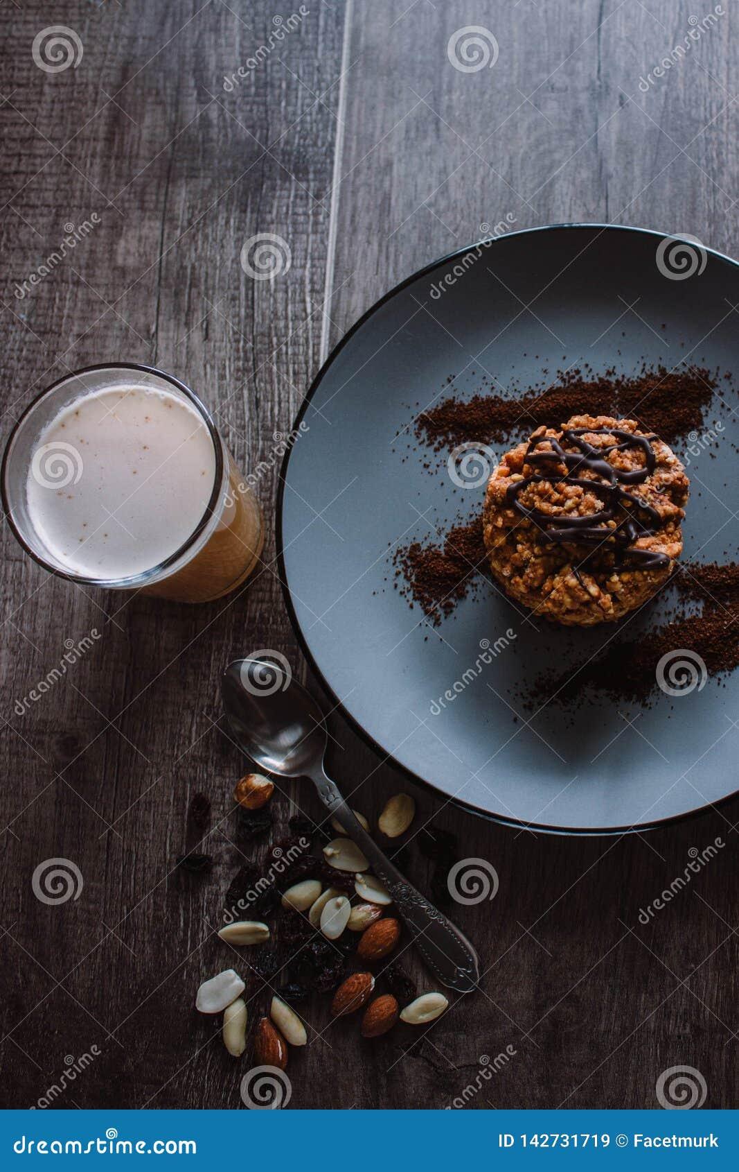 Κέικ μυρμηγκοφωλιών με τη σοκολάτα και καφές σε ένα σκοτεινό υπόβαθρο Επιδόρπιο με τα καρύδια και τις σταφίδες Bolo formigueiro Ρ