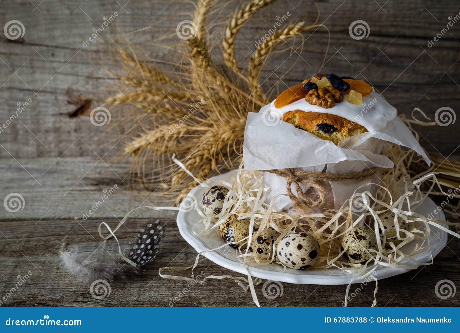 Κέικ Πάσχας με τα αυγά, αγροτικό ξύλινο υπόβαθρο