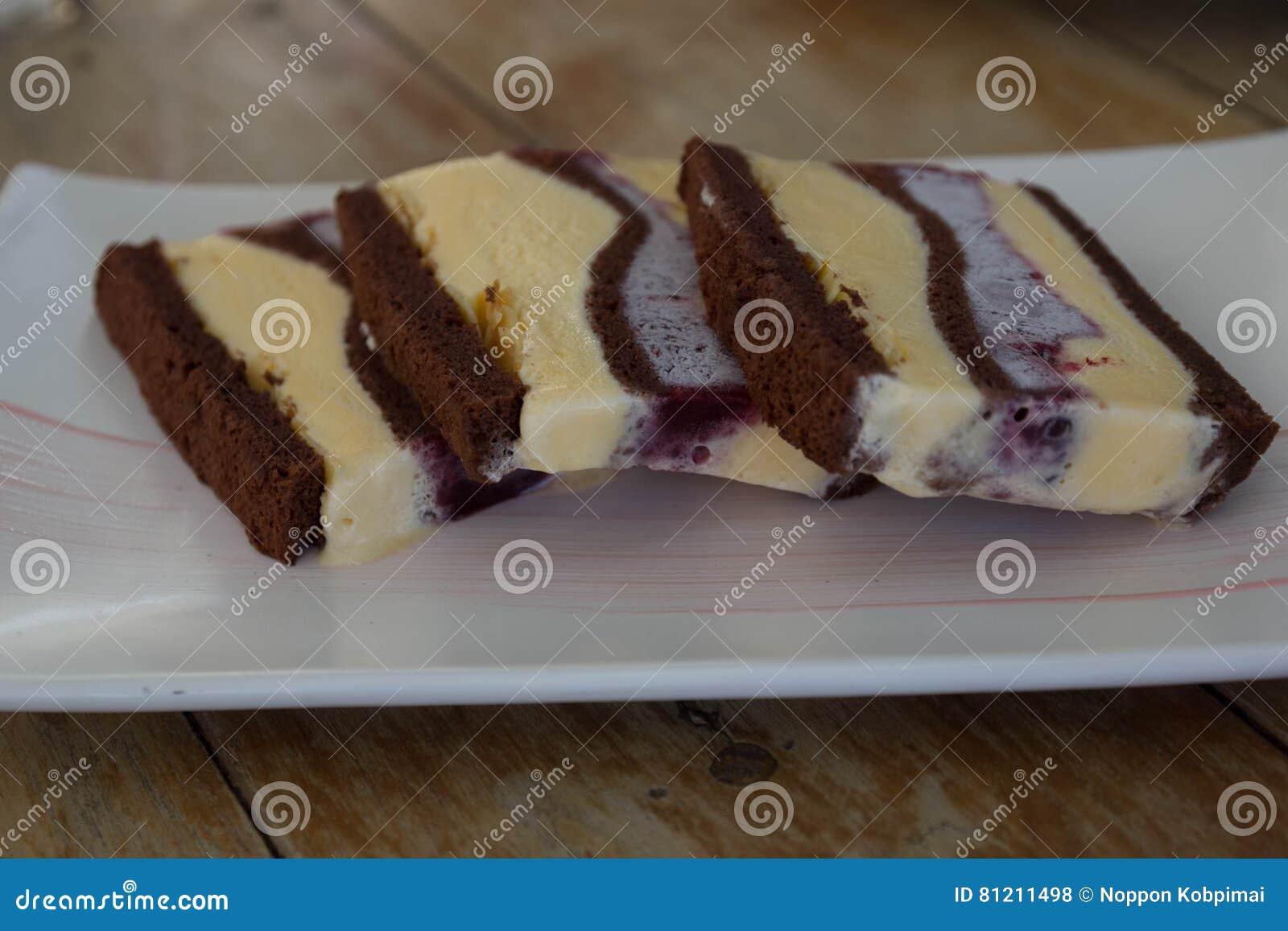 Κέικ παγωτού στον ξύλινο πίνακα