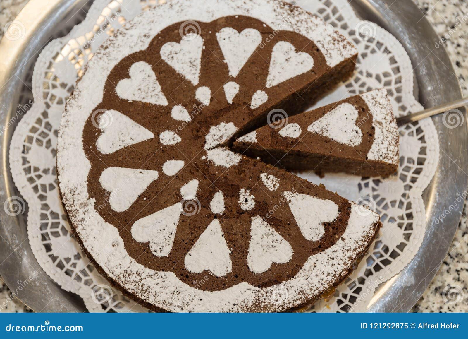 Κέικ που διακοσμείται με τις γλυκαμένες καρδιές