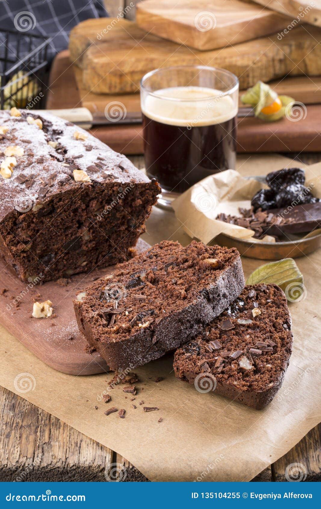 Κέικ σοκολάτας με το δαμάσκηνο και τα ξύλα καρυδιάς