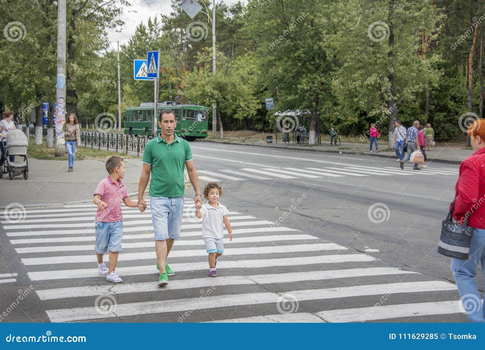 Κίεβο Το καλοκαίρι, στο για τους πεζούς πέρασμα, τον πατέρα και chil