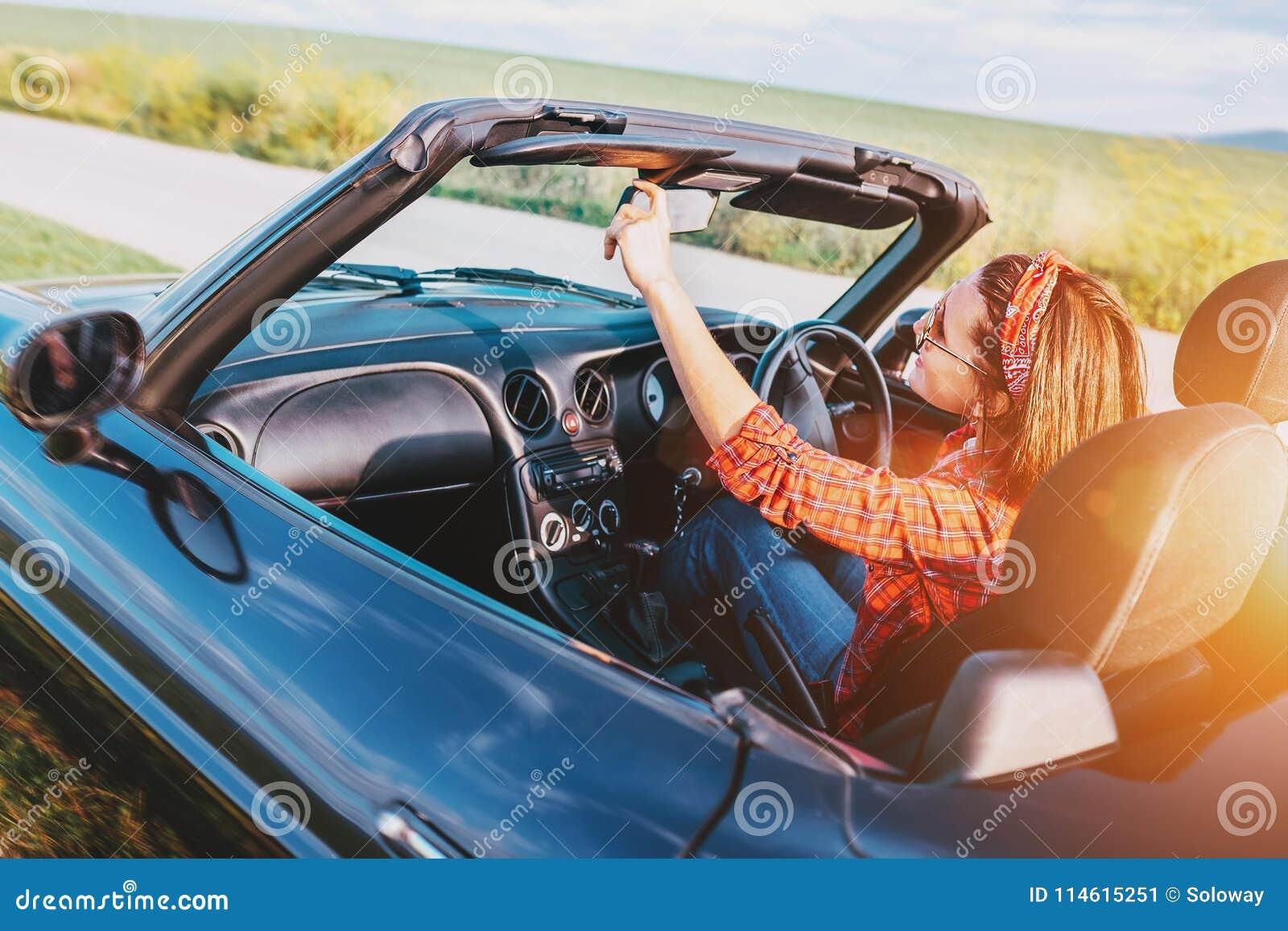 Κίνηση γυναικών ένα αυτοκίνητο καμπριολέ