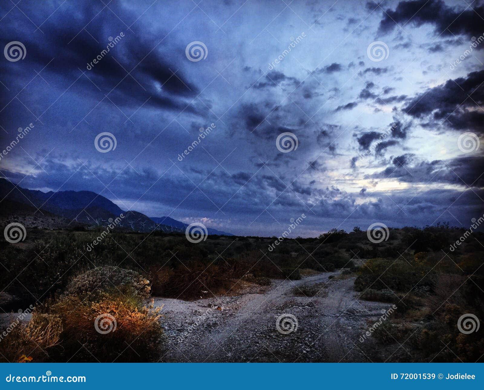 Κίνηση νύχτας στα ίχνη ερήμων από το Παλμ Σπρινγκς Καλιφόρνια