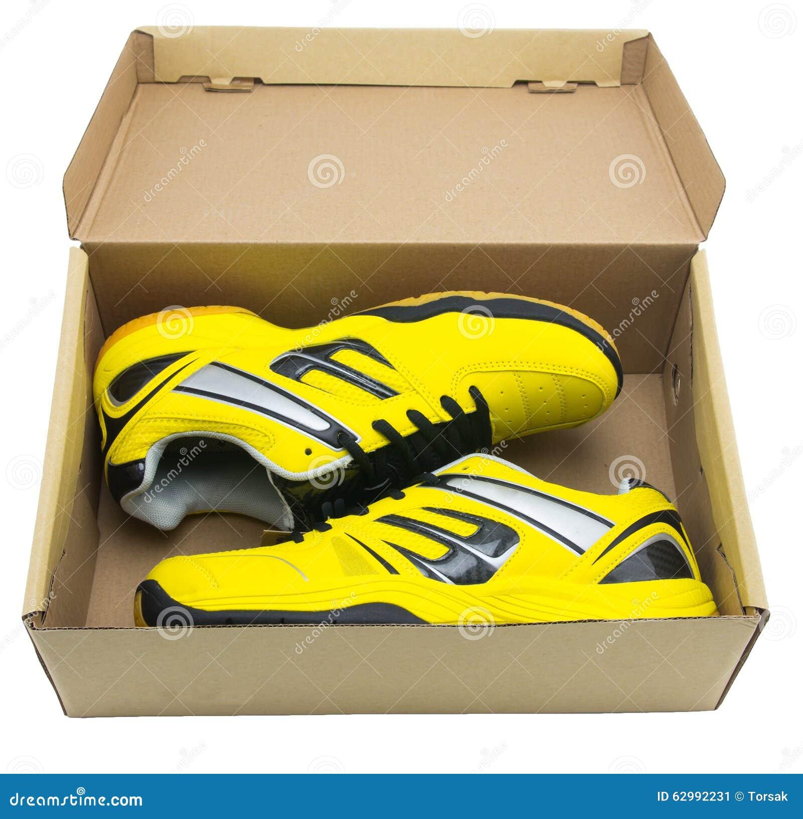 bcc1c6dfd4c Κίτρινα αθλητικά παπούτσια στοκ εικόνα. εικόνα από αθλητισμός - 62992231