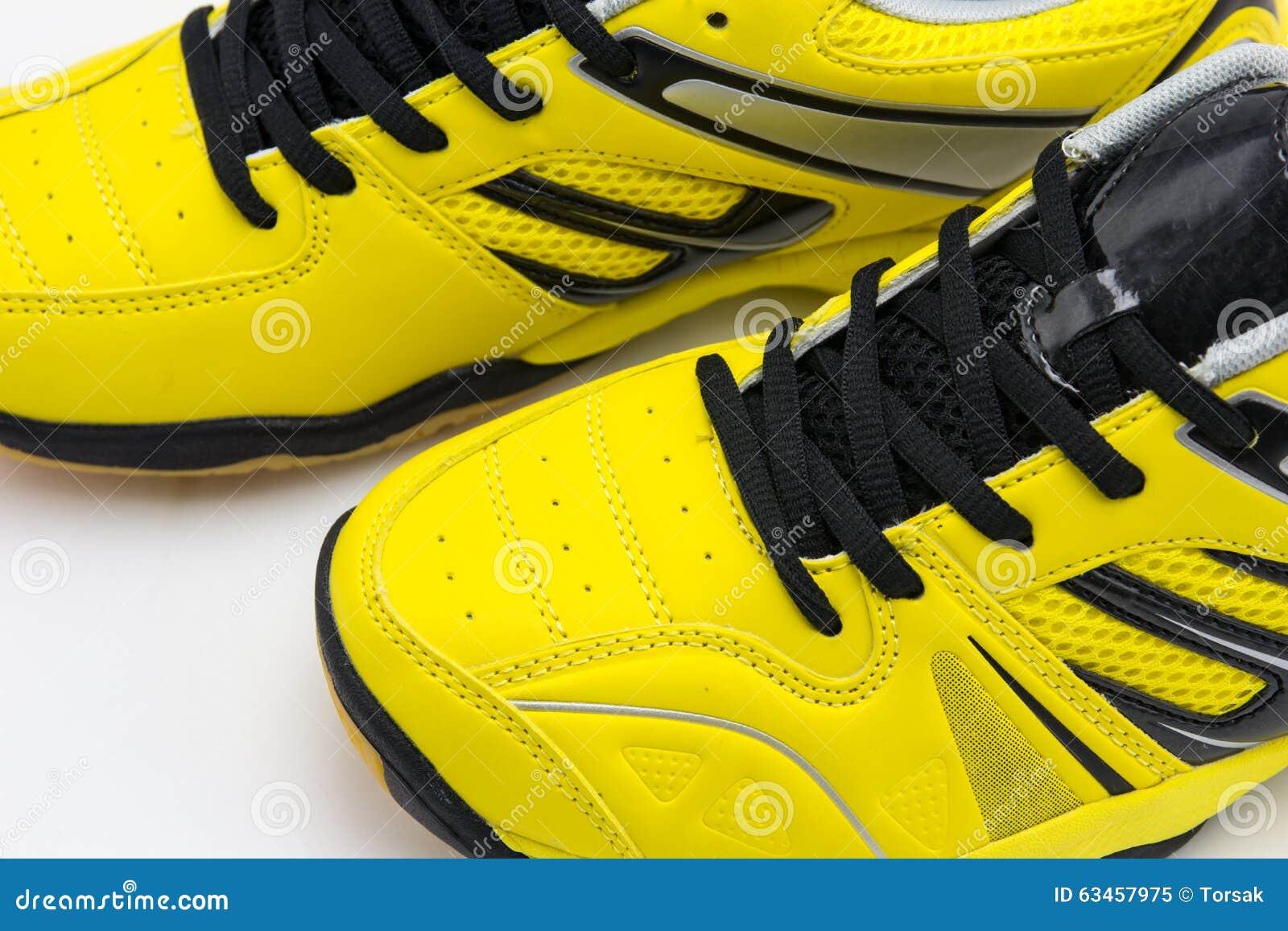 290dd55c1fe Κίτρινα αθλητικά παπούτσια στοκ εικόνα. εικόνα από νέος - 63457975