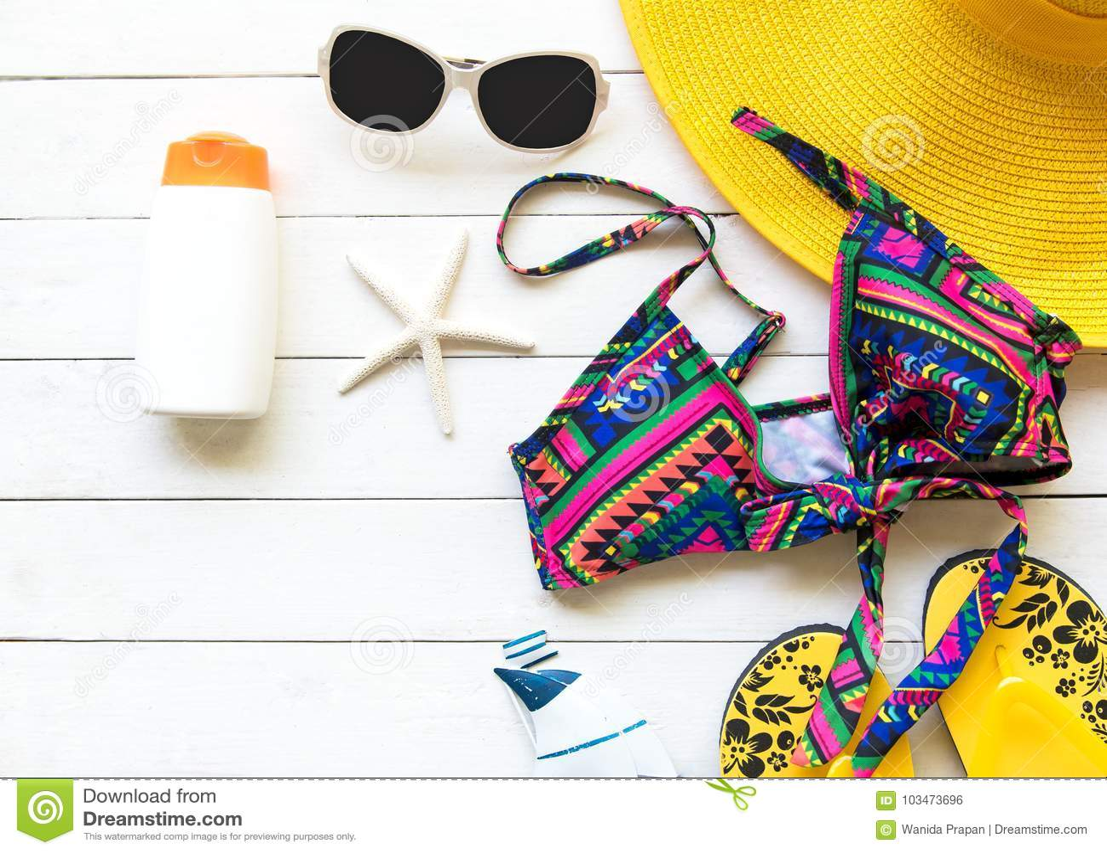 a26dd9f7f9 Κίτρινα μεγάλα καπέλο και εξαρτήματα γυναικών θερινής μόδας στην παραλία  θάλασσα τροπική Ασυνήθιστη τοπ άποψη