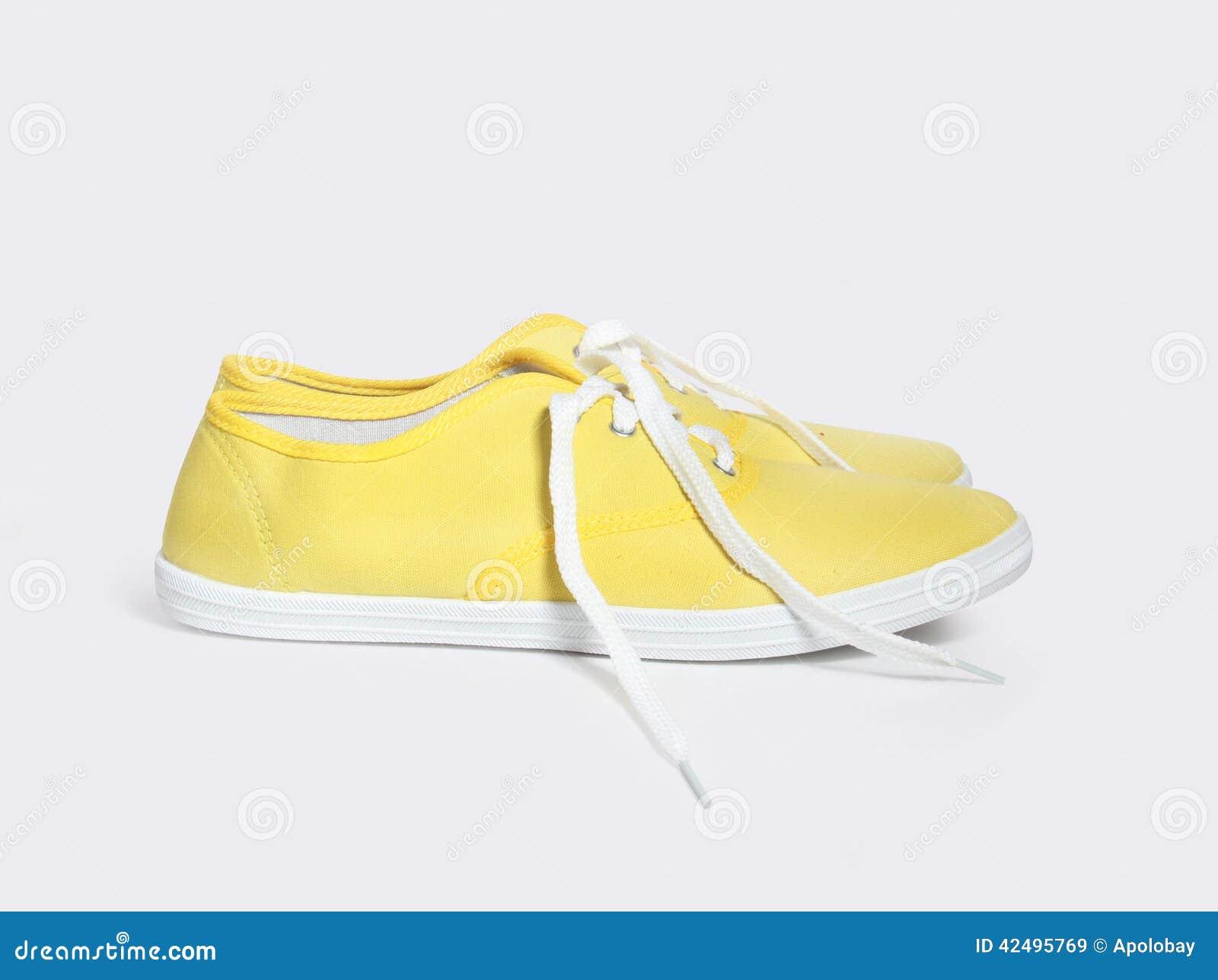 11edd600386 Κίτρινα πάνινα παπούτσια που απομονώνονται στο άσπρο υπόβαθρο Στοκ ...