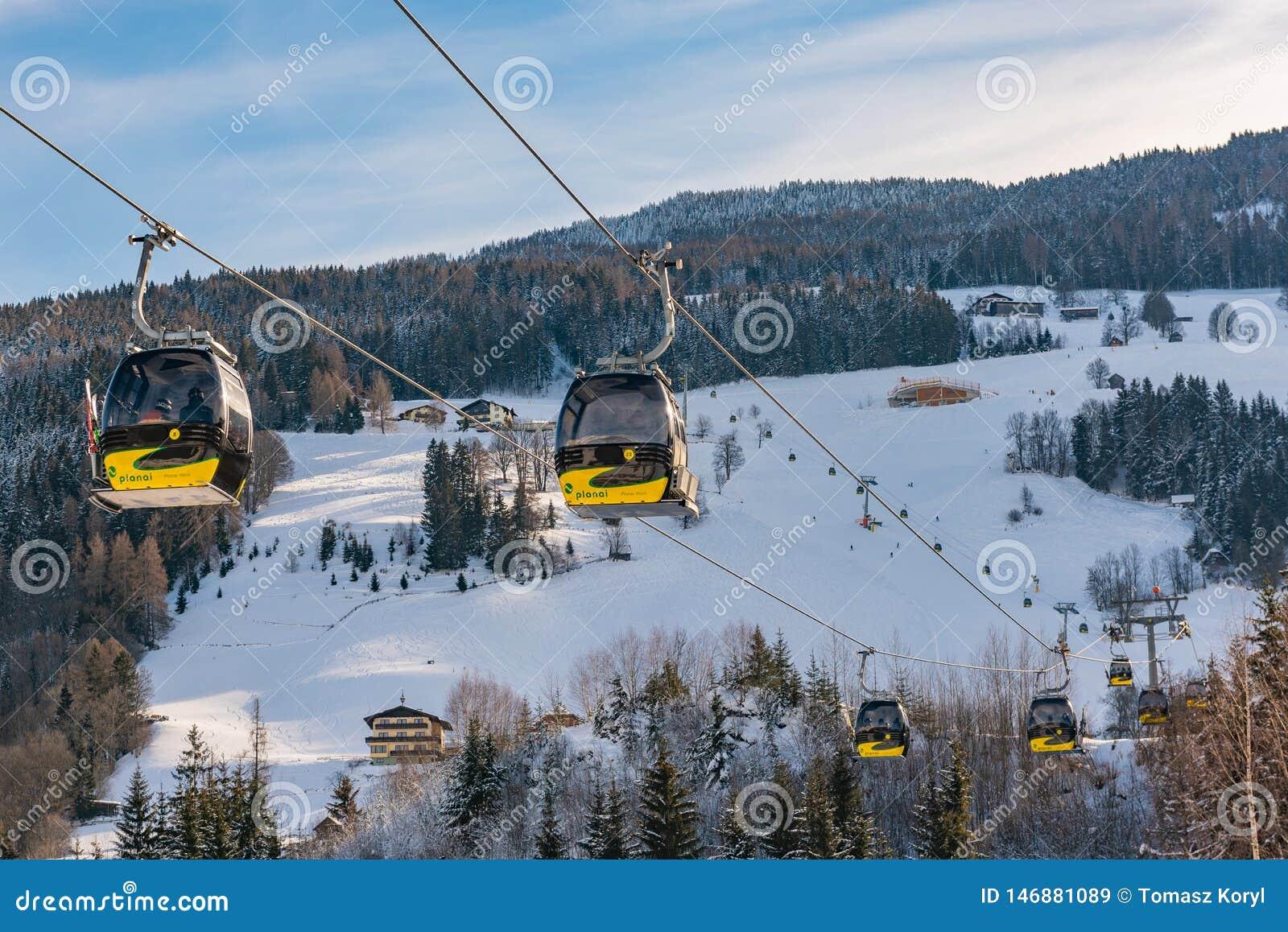 Κίτρινα τελεφερίκ, γόνδολα της δύσης Planai σε Planai & Hochwurzen - να κάνει σκι καρδιά του schladming-Dachstein, Styria, Αυστρί