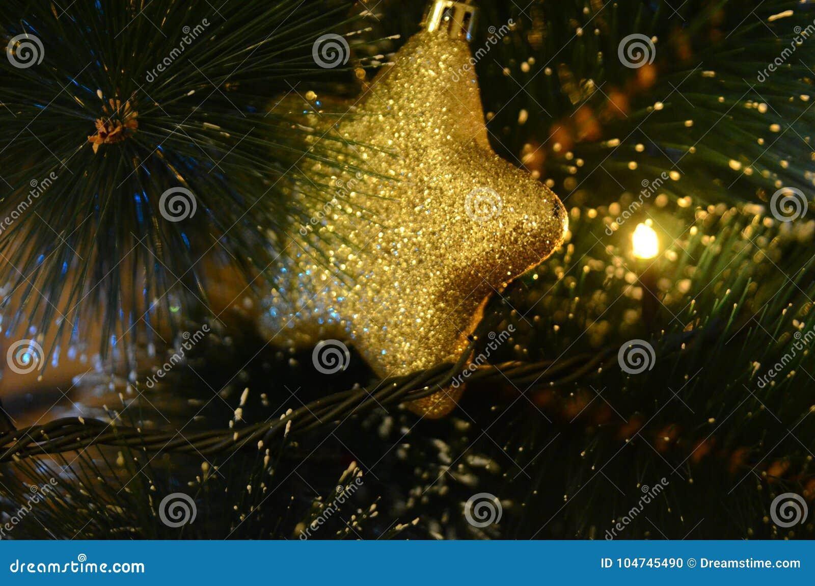Κίτρινη και λαμπρή διακόσμηση Χριστουγέννων στη μορφή σφαιρών