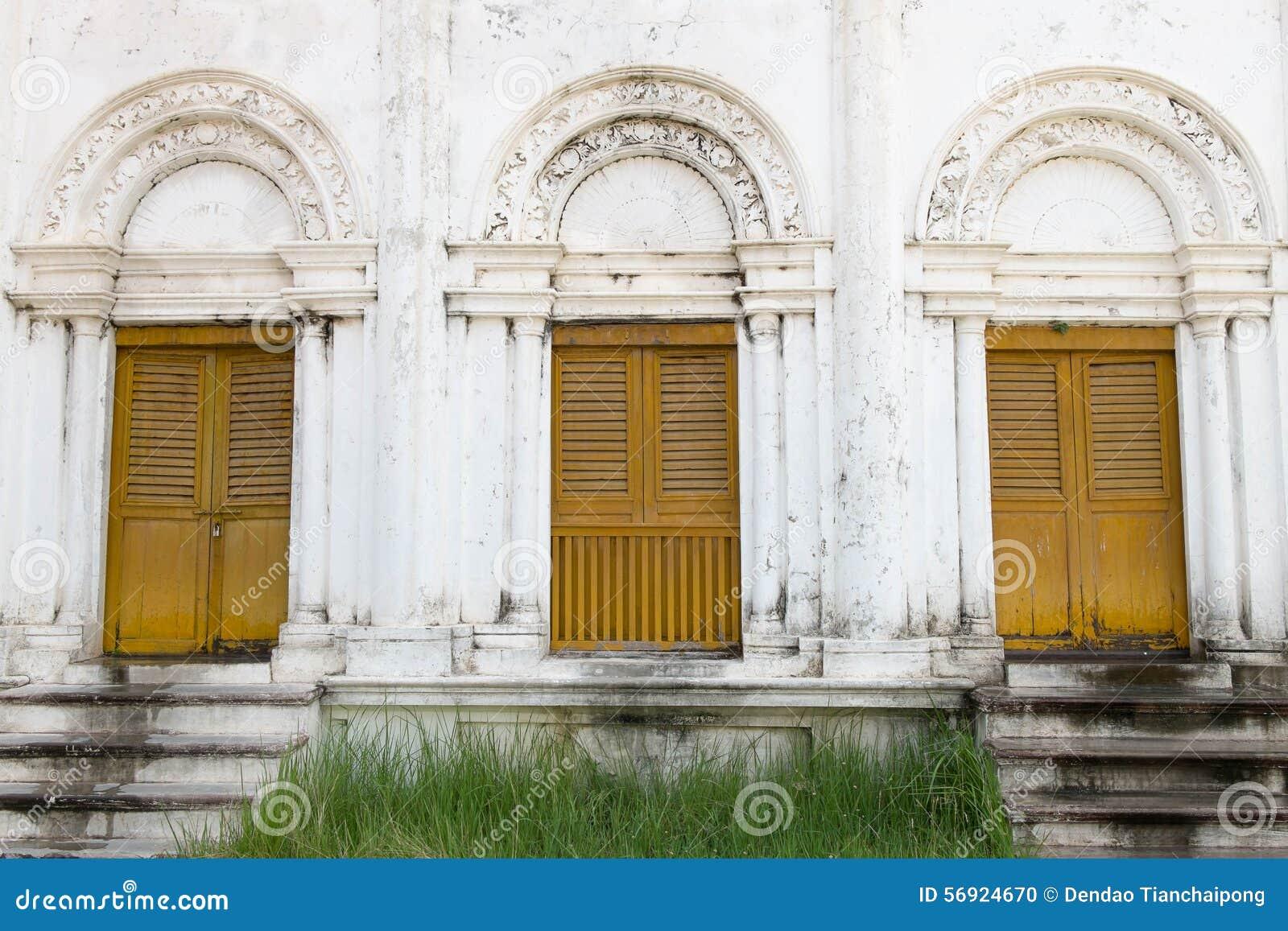 Κίτρινη ξύλινη αρχαία πόρτα