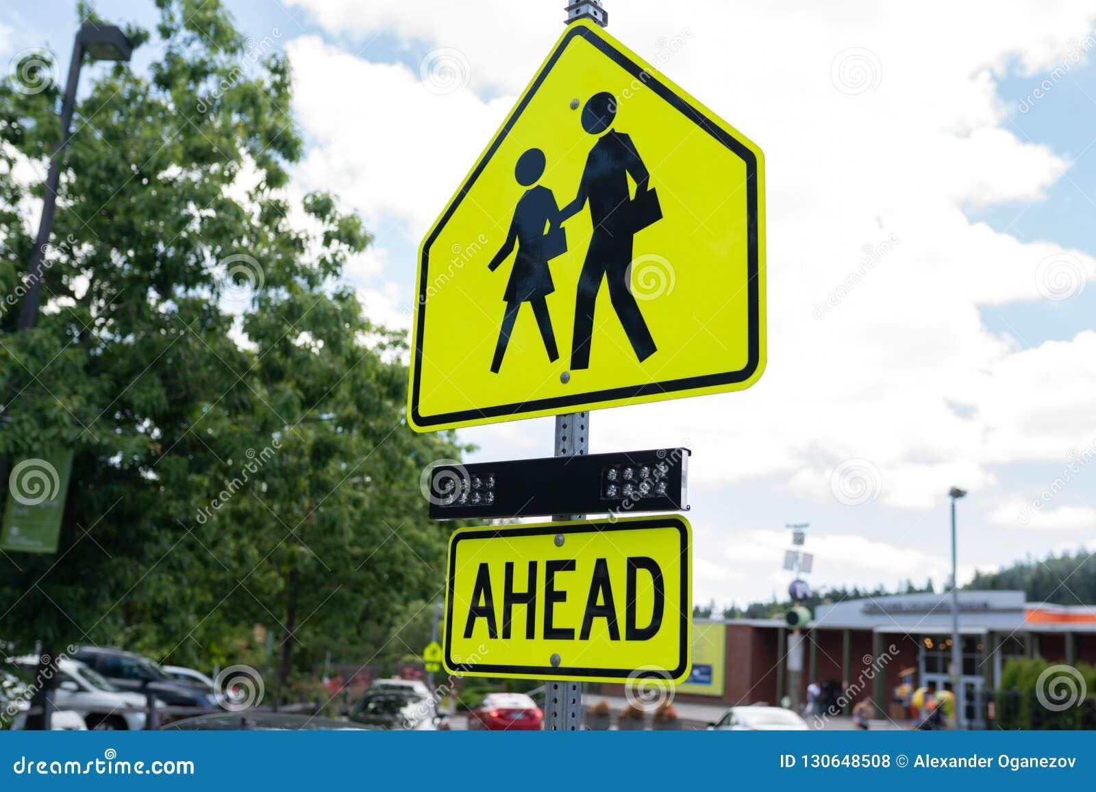 Κίτρινη σχολική ζώνη που διασχίζει το σημάδι
