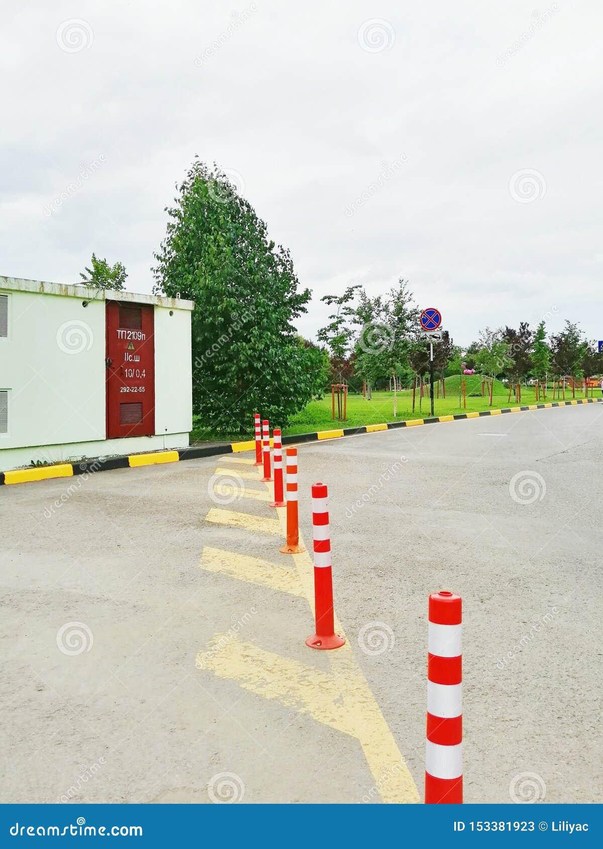 Κίτρινοι οδικοί σημάδια και στυλοβάτες στο όριο