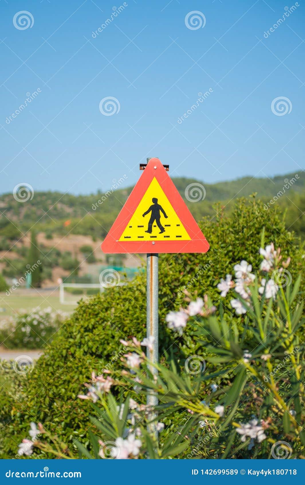 Κίτρινος-κόκκινο σημάδι για τους πεζούς περάσματος Οδικό σημάδι 151 στη Φινλανδία - για τους πεζούς πέρασμα